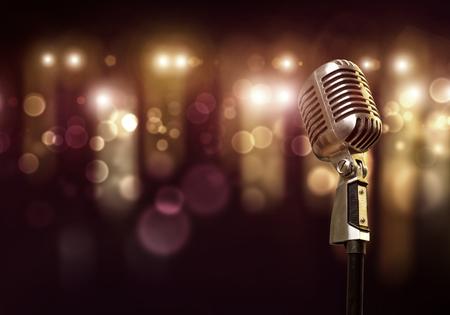 背景でぼやけているライトとコンサート ホールでマイクのクローズ アップ