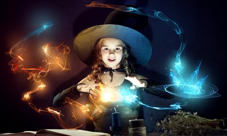 bruja: Poco conjure lectura bruja de Halloween del libro m�gico por encima de la olla