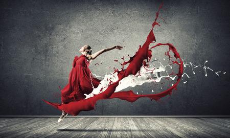 赤いドレスと赤の spalshes で情熱的な女性ダンサー