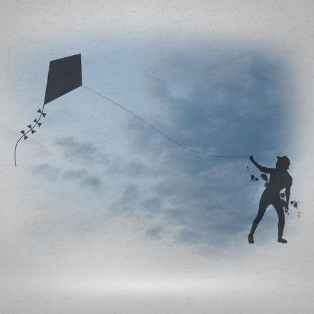 papalote: Silueta de la muchacha adolescente jugando con la cometa volando Foto de archivo