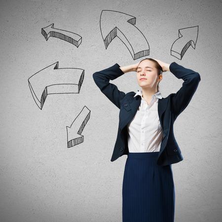 psicologia: Empresaria pensativa y flecha pensamientos elaborados fuera de la cabeza Foto de archivo