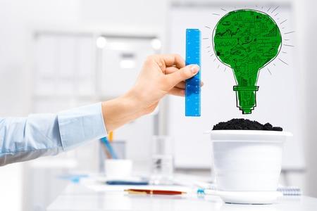 収入の成長にアイデアを定規で測定事業者の手