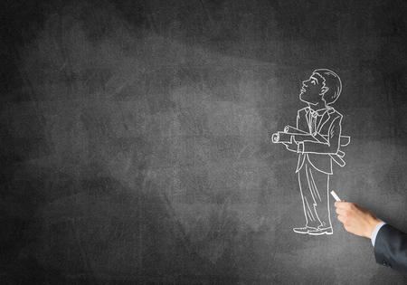ingeniero caricatura: Gr�fico de la mano masculina con tiza esbozo de hombre de negocios en la pizarra