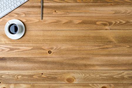 tužka: Pohled shora pracoviště s cup klávesnice tužkou na dřevěném stole