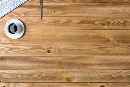 trompo de madera: Vista desde arriba de un lápiz lugar de trabajo con teclado taza en la mesa de madera Foto de archivo