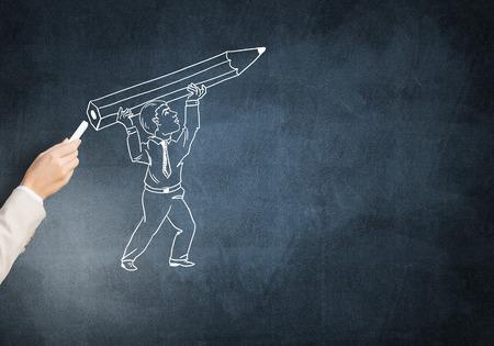 ingeniero caricatura: Drawning Mano masculina con tiza hombre con el l�piz en la pizarra