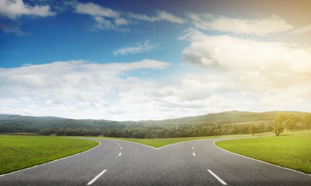 Natural landscape image of forked asphalt road Foto de archivo