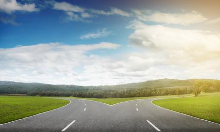 horizonte: la imagen del paisaje natural de la carretera de asfalto en forma de horquilla