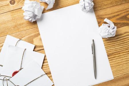 papier a lettre: Vue de dessus de la notion d'écriture créative avec des papiers sur la table en bois