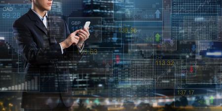 携帯電話財務アプリケーションを使用してデジタル背景に実業家