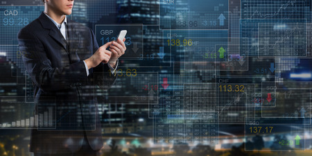 Geschäftsmann auf digitalen Hintergrund Handy Finanzen Anwendung
