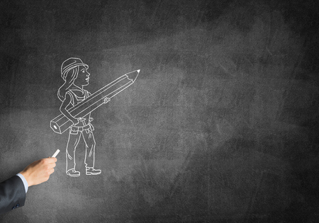 ingeniero caricatura: Dibujo de la mano masculina con la mujer ingeniero de tiza en la pizarra