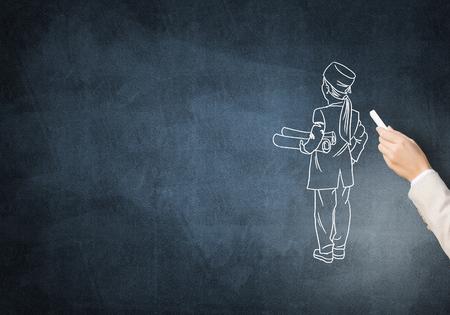 caricatura: Mujer dibujo con tiza en la pizarra médico mano