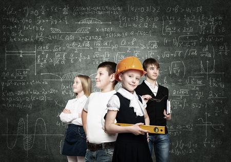 diferentes profesiones: Los niños en edad escolar probando diferentes profesiones