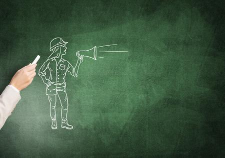 ingeniero caricatura: Dibujo femenina de la mano con la mujer ingeniero de tiza en la pizarra