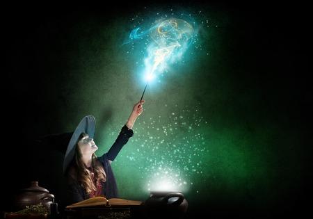 Wenig Halloween-Hexelese conjure vom Zauberbuch über Topf Standard-Bild - 53104533