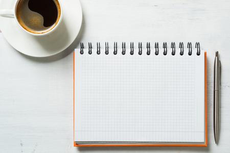 Bedrijfs stilleven concept met kantoor spullen op tafel