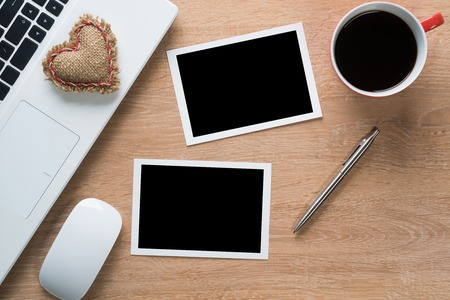 papier a lettre: Ordinateur portable avec des photos de tasse à café et un stylo sur la table en bois