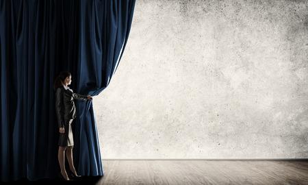 Mujer joven con megáfono en traje de negocios cortina de color de apertura Foto de archivo - 56275500