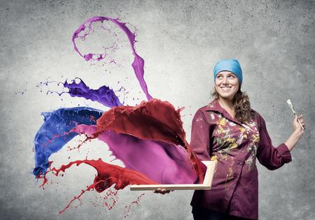 Jeune jolie femme d'artiste avec un pinceau dans la main