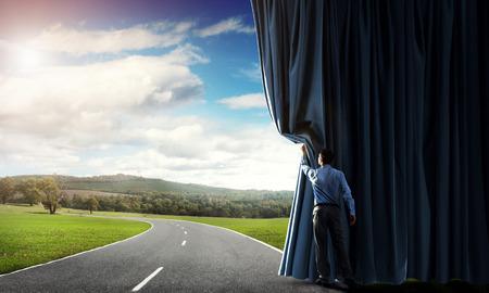 田舎道にベルベットのカーテンを開くの実業家