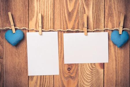 hoja en blanco: Hoja en blanco del corazón hecho de papel depositado a mano la cuerda en el fondo de madera