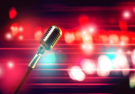 Close-up van de microfoon in de concertzaal met vage lichten op de achtergrond Stockfoto