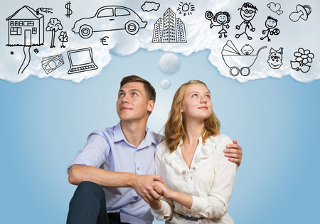 Junge glückliche Familie Paar träumen von zukünftigen wohlhabenden Leben