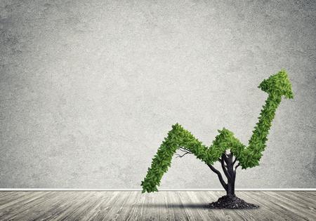 Crecimiento y éxito del mercado como árbol verde en forma de flecha Foto de archivo - 64704906