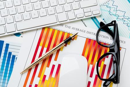 Bedrijfswerkplaats met toetsenbordglazen en financiële documenten op lijst Stockfoto