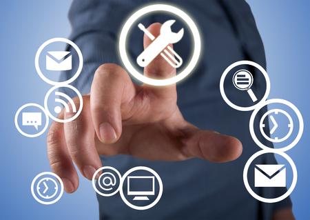 Cerca del empresario tocando el icono de la aplicación en la pantalla Foto de archivo - 65458144