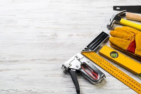 alicates: Variedad de herramientas de reparación en superficie de madera