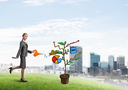 diagrama de arbol: Attractive businesswoman presenting investment and financial growth concept Foto de archivo