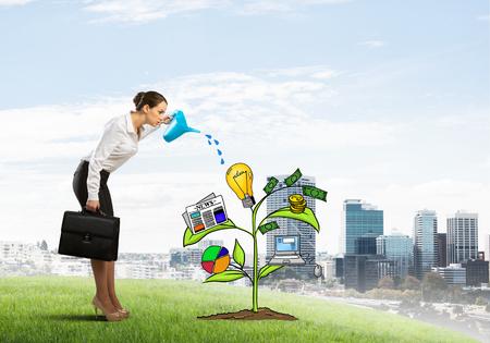 diagrama de arbol: empresaria joven al aire libre riego elaborado concepto de crecimiento con la poder Foto de archivo