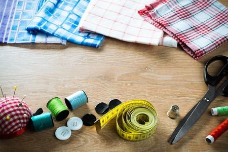 kit de costura: Sewing kit on table Foto de archivo
