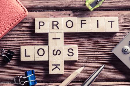 perdidas y ganancias: beneficio y riesgo de pérdida de palabras en el lugar de trabajo recogidos de los cubos de madera