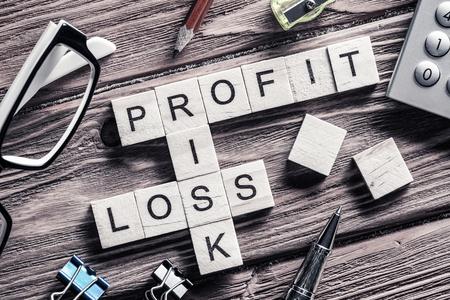 perdidas y ganancias: beneficio y riesgo de pérdida de palabras en el lugar de trabajo recogidos de cubo de madera