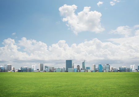 Achtergrond met moderne cityscape blauwe hemel en groen de lentegebied Stockfoto