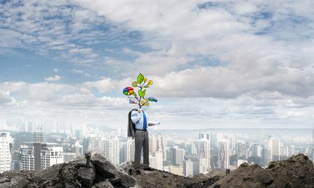 diagrama de arbol: hombre de negocios al aire libre sin rostro con el concepto de crecimiento dibujada por encima de la cabeza Foto de archivo