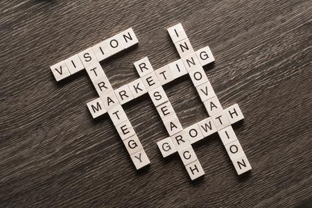 Marketing en bedrijfsconcept met kruiswoordraadsel dat van spelblokken wordt verzameld