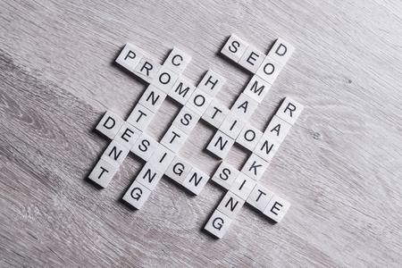 Woorden van bedrijfsconcepten verzameld in kruiswoordraadsel met houten kubussen