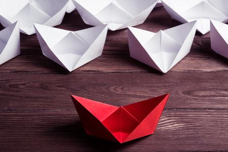 Set origami boten op houten tafel