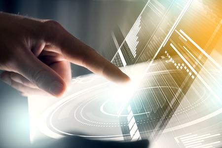 Mano di uomo d'affari che tocca con pannello virtuale dito con infographs