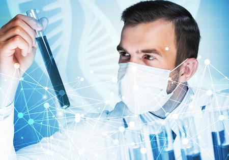 臨床検査室でガラスのフラスコで試薬を混合若い科学者 写真素材