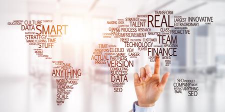 画面上のグローバル ビジネス コンセプトに触れる実業家の手を閉じる