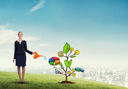 diagrama de arbol: Atractiva mujer de negocios que presenta la inversión y el concepto de crecimiento financiero