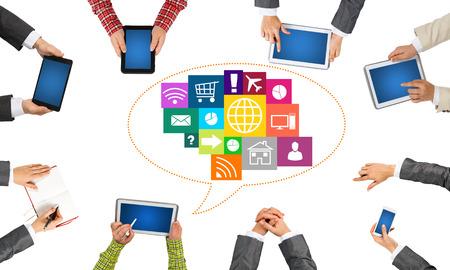 groupe de personnes avec des périphériques dans les mains qui travaillent ensemble comme symbole de fichier et de communication