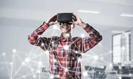 仮想現実のヘッドセットと接続の背景の上に 3 d メガネの若い男。ミクスト メディア