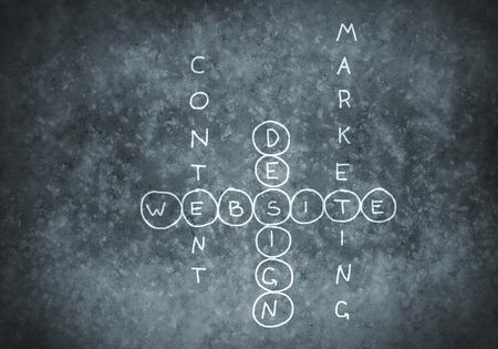 Studeren concept met kruiswoordraadsel op bord wordt getrokken