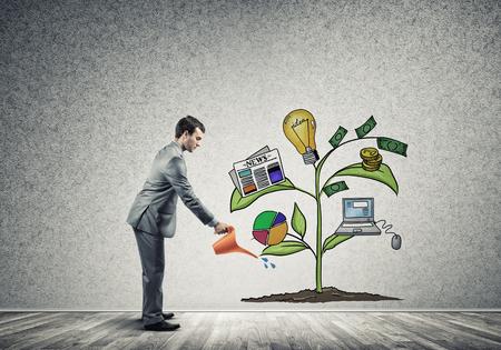 Knappe zakenman de presentatie van de investeringen en de financiële groei concept
